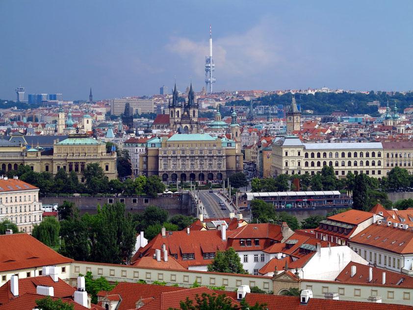 Blick von der Prager Burg nach OSO: Fluss Moldau mit Manesuv-Brücke, Philharmonie (links), Philosophische Fakultät der Karls-Universität (Mitte)