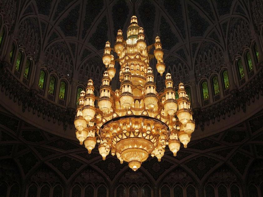 Großer Lüster unter der 50 Meter hohen Kuppel der großen Männergebetshalle. Seine Grundkonstruktion besteht aus vergoldetem Metall. Er misst 8 × 14 m, trägt 1.122 Lampen, ist reich mit Swarovski-Kristallen behängt und wiegt 8 Tonnen.