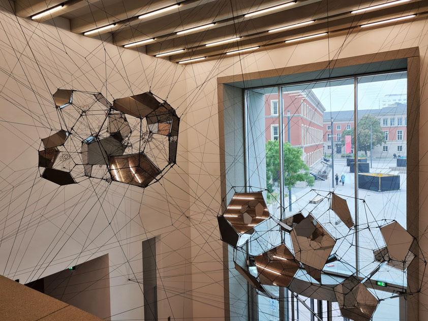Eingangshalle des Bauhaus-Museums mit der Installation von Tomás Saraceno: Sundial for Spatial Echoes, 2019