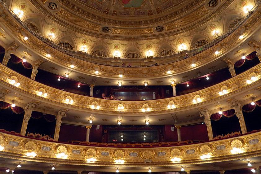 Blick von der Bühne in den Zuschauerraum mit den Rängen. Auditorium in Lyraform für 1070 Besucher