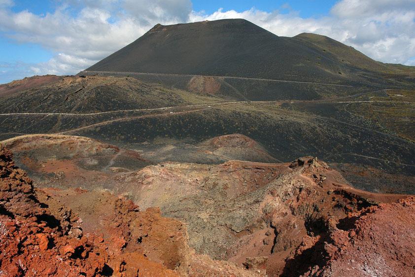 Fuencaliente. Blick vom Vulkan Teneguía auf den Vulkan San Antonio (657 m), letzter Ausbruch 1677 (Aufnahme von 2006)