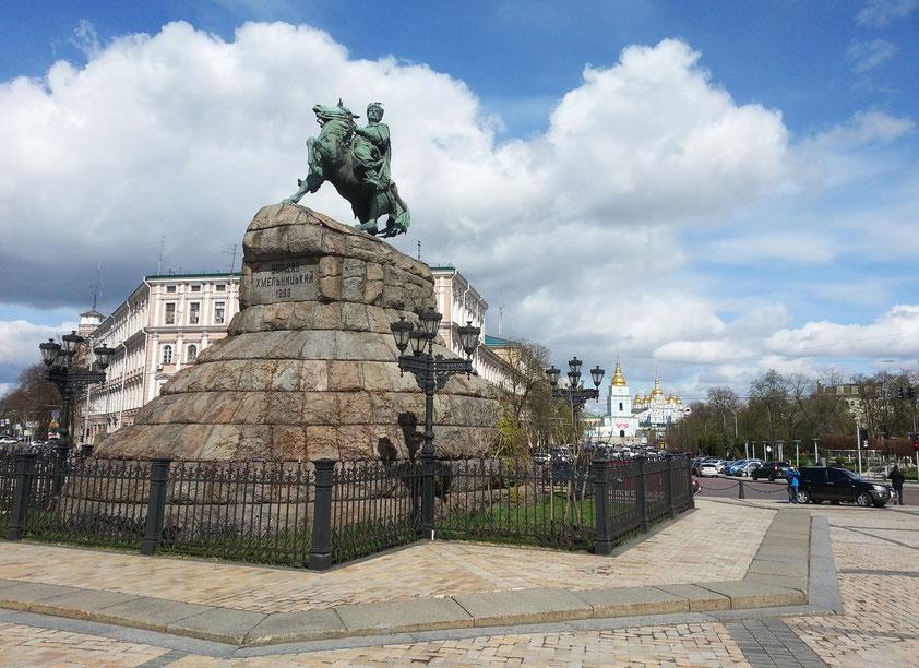 Sophienplatz. Denkmal für den Kosakenhetman Bohdan Chmelnyzkyj, den Anführer des großen Aufstandes gegen die polnische Herrschaft. 1888 wurde durch den Architekten Wladimir Nikolajew ein Sockel aus Granitsteinen in Form eines Kurgan gebaut.