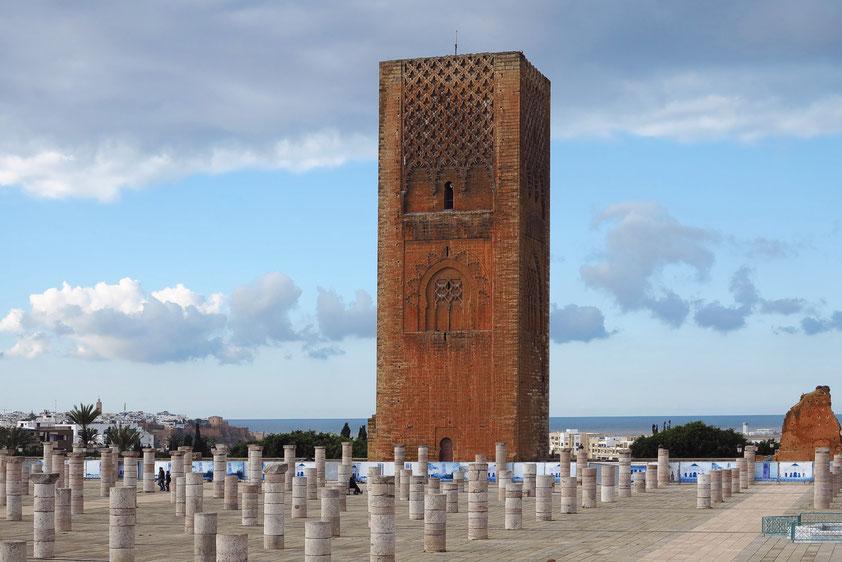 Hassan-Turm, das Wahrzeichen von Rabat, im romanisch-byzantinischem Stil wie die Koutoubia-Moschee in Marrakesch und die Giralda in Sevilla erbaut, Ende 12.Jh., davor die Säulen der ehemaligen Hassan-Moschee