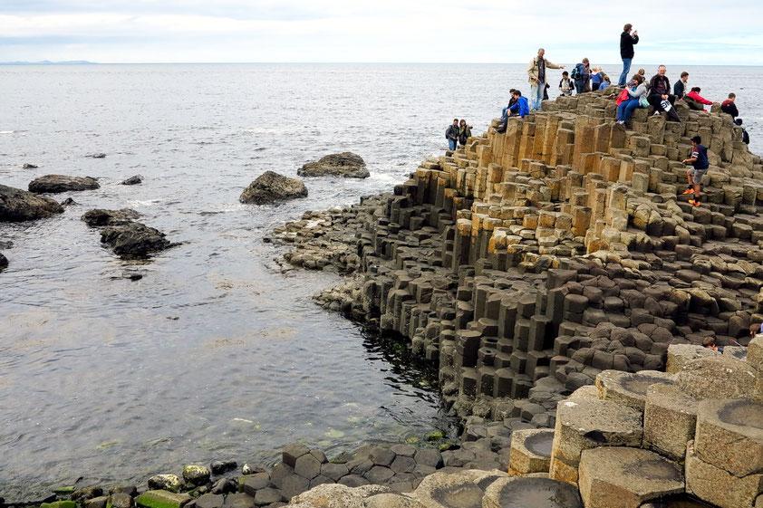 Der Giant's Causeway ist seit 1986 UNESCO-Welterbestätte. Er besteht aus etwa 40.000 gleichmäßig geformten Basaltsäulen, die ein Alter von etwa 60 Millionen Jahren aufweisen.