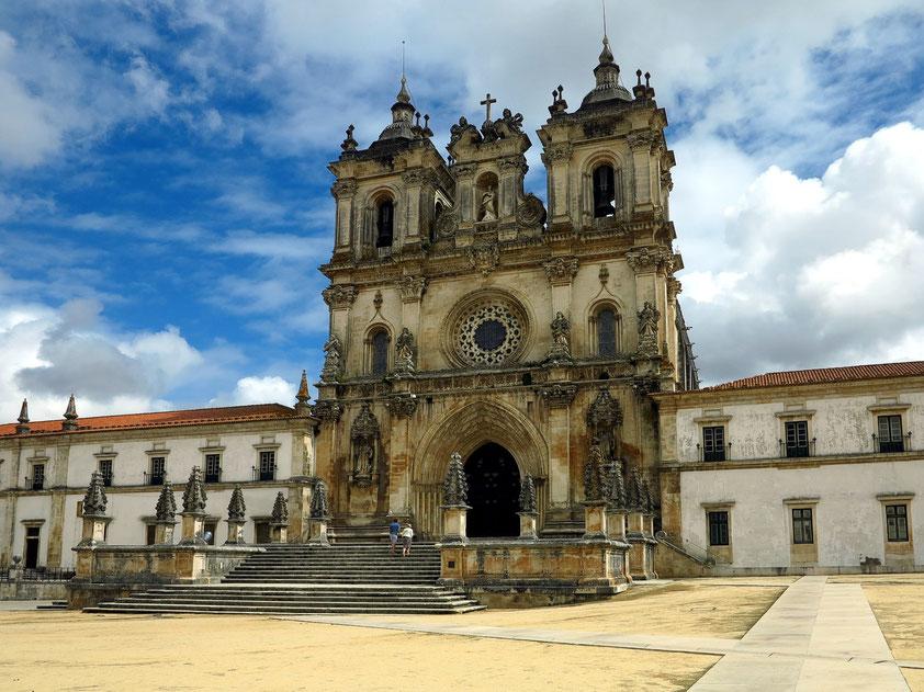 Barockfassade der Abteikirche von Alcobaça. Das ehemalige Zisterzienserkloster ist eine der größten Klosteranlagen Portugals. Baubeginn 1178