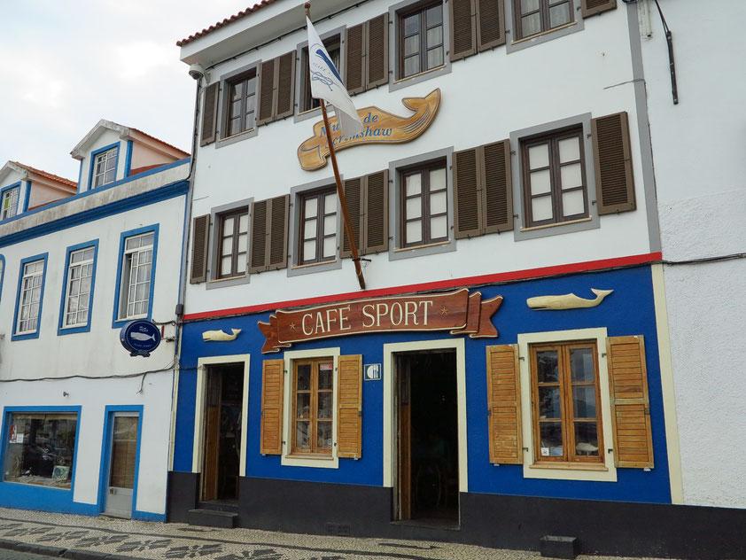 Kultkneipe Peter Café Sport, legendärer Seglertreff in Horta. Ein Merkmal ist der blaue und schwarze Außenanstrich.