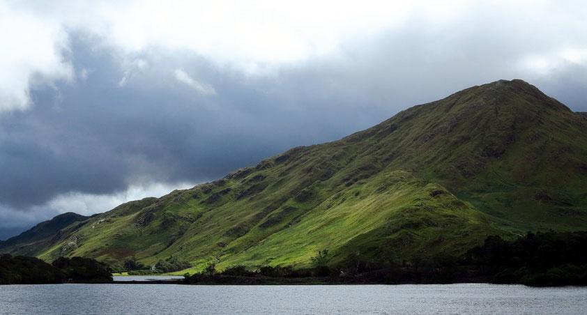 Kylemore Lake, Blick vom Schloss Kylemore zu den gegenüber liegenden Bergen