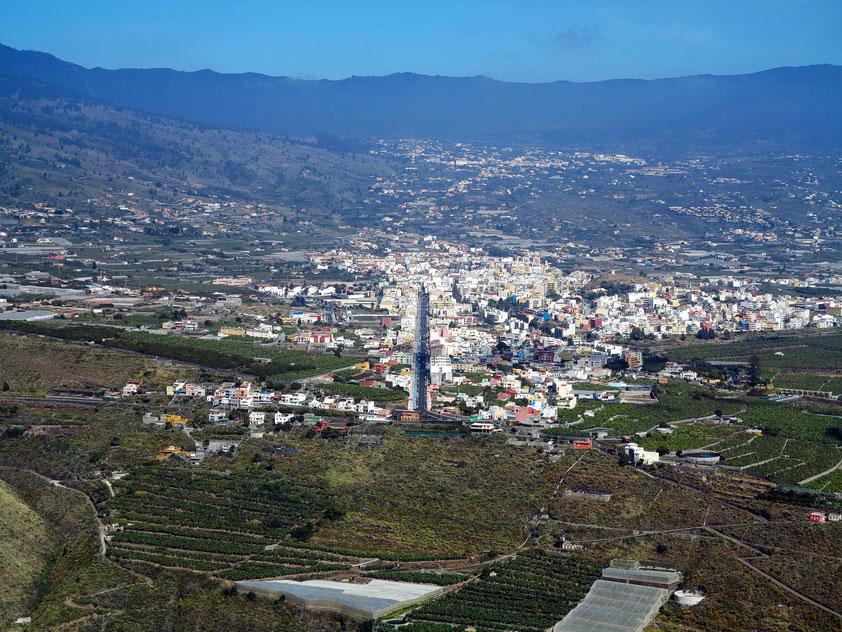 Blick vom Aussichtspunkt El Time auf das Aridane-Tal mit der Stadt Los Llanos, im Hintergrund die Ortschaft El Paso und die Cumbre Nueva