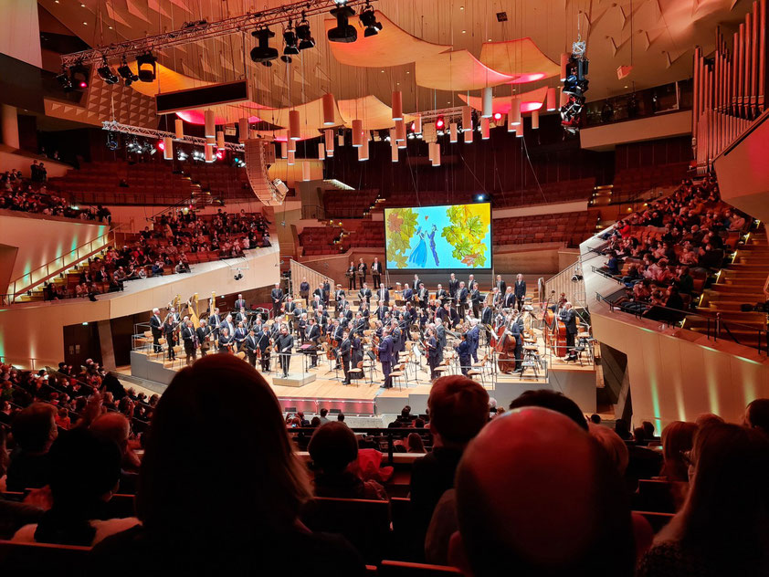 """Berliner Philharmonie, Großer Saal. Applaus für Orchester und Chefdirigent Kirill Petrenko nach dem Konzert """"Der Feuervogel"""""""