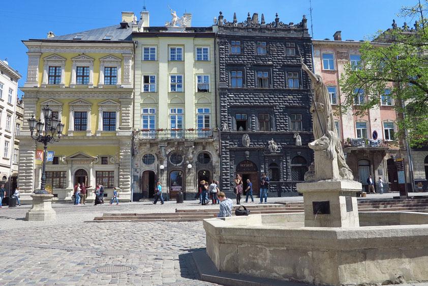 """Marktplatz (Rynok-Platz) mit historischen Bürger- und Herrenhäusern (16. und 17. Jahrhundert). """"Schwarzes Haus"""" im Renaissancestil"""