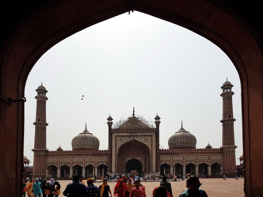 Vorderfront (Hofseite) der Jama Masjid. Auf dem annähernd quadratischen Hof (sahn) mit Seitenlängen von jeweils etwa 90 m finden mehr als 25.000 Gläubige Platz.