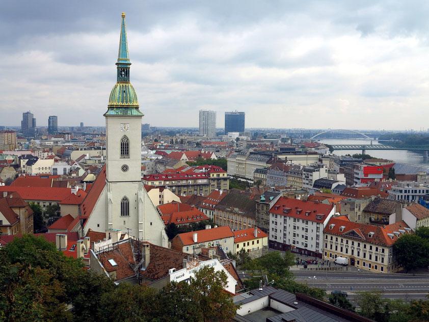 Blick vom Burgberg nach Osten auf den Martinsdom (spätes 13. Jahrhundert), Altstadt und Donau