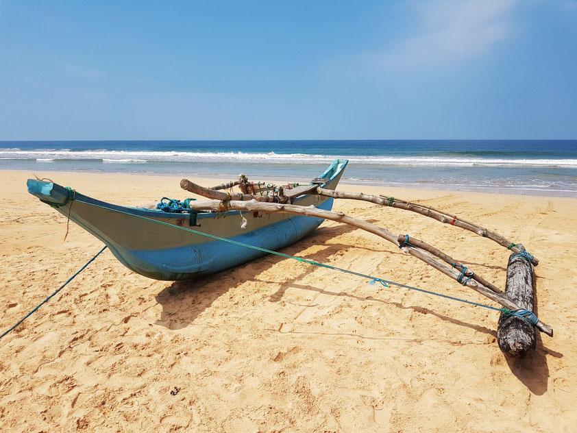 Sri Lanka, Strand von Bentota mit Auslegerboot