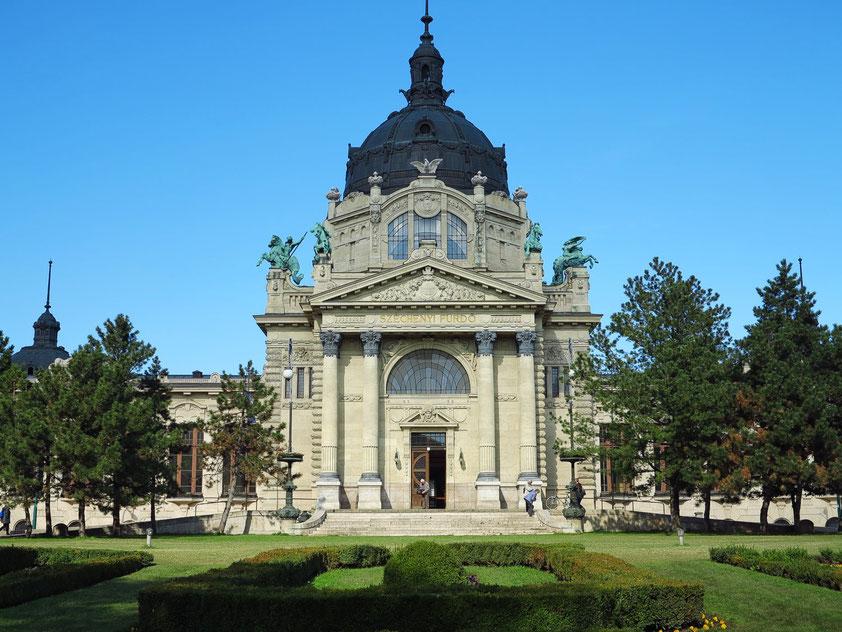Széchenyi-Heilbad, das größte seiner Art in Europa, Haupteingang an der Kós Károly sétany