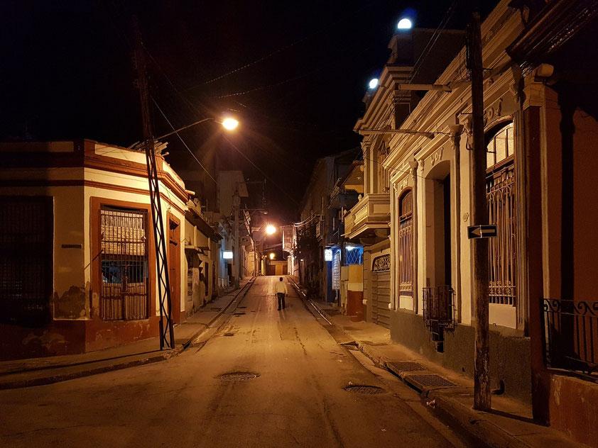Nächtliches Straßenbild in Santiago de Cuba (Calle Joaquín Castillo Duany)
