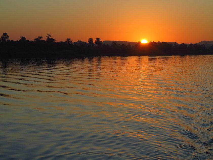 Sonnenaufgang auf dem Nil nördlich von Edfu