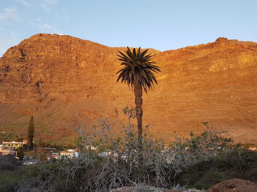 Blick auf die Bergwand östlich der Casa Antonio bei Sonnenuntergang