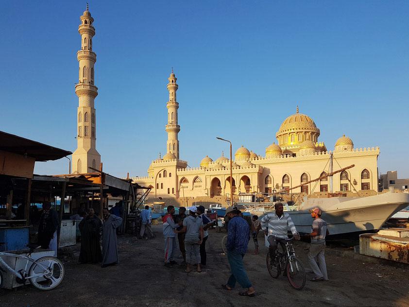 Moschee El Mina Masjid in Hurghada, erbaut in den letzten Jahren, Blick vom Fischmarkt