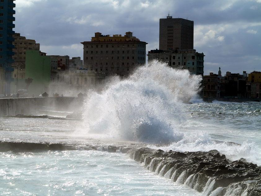 Malecón mit starken Brechern, Blick nach SW