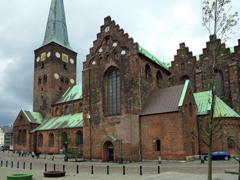 Mit 93 Meter Länge und auch 93 Meter Höhe ist der Dom zu Aarhus die sowohl längste als auch höchste Kirche Dänemarks.