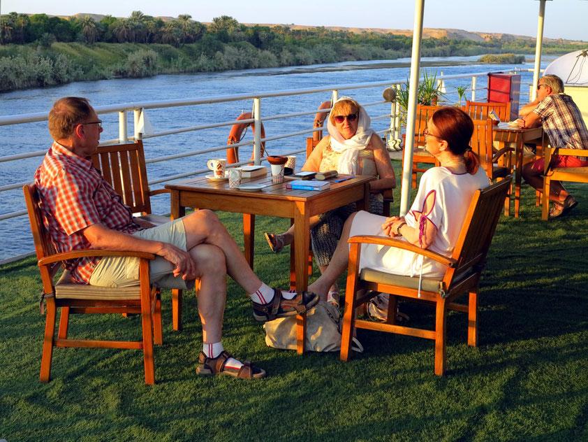 Tea-Time auf dem Sonnendeck mit Rosemarie K. und Ingemarie M.