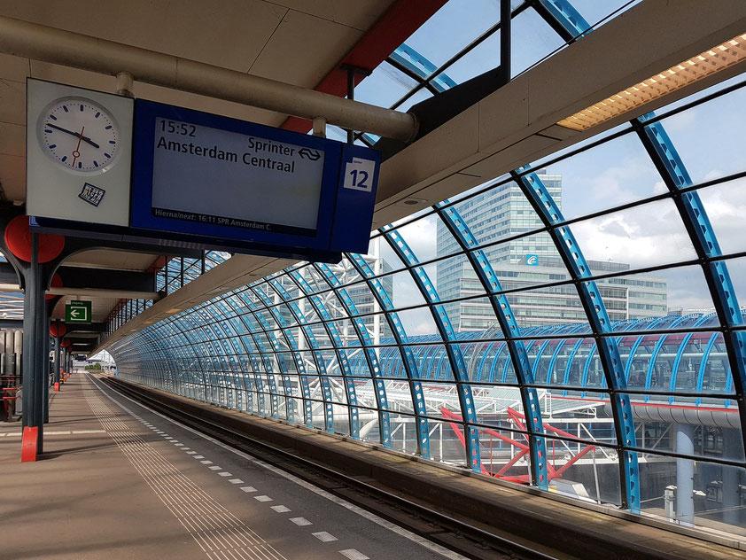 Auf dem Bahnsteig von Amsterdam Sloterdijk, Fahrt mit dem Sprinter nach Amsterdam Centraal