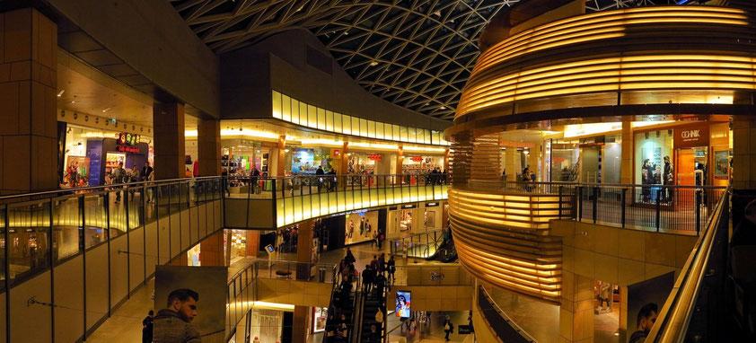 """Die Anlage wurde mit dem """"MAPIC Plaza Retail Future Project Award"""" sowie dem """"MIPIM Architectural Review Future Project Award"""" ausgezeichnet."""