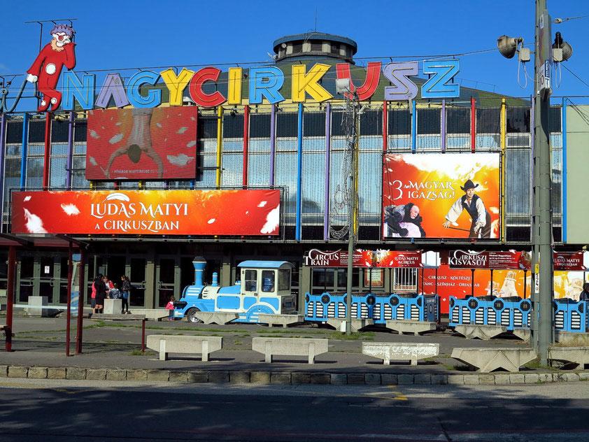 Budapest ist die Stadt des Zirkus. Állatkerti krt. 12/A., gegenüber vom Széchenyi-Heilbad
