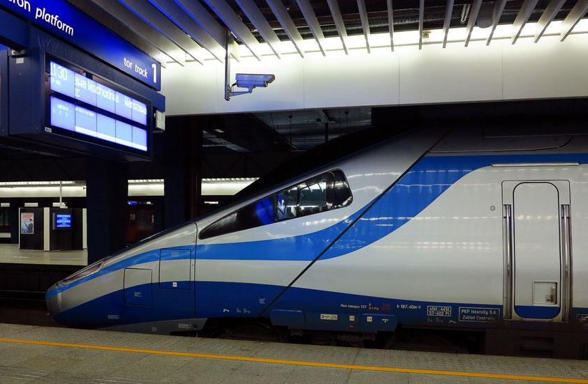 Der Express Intercity (Pendolino) erreicht eine Höchstgeschwindigkeit von 250 km/h. Die Baureihe ED250 ist eine Baureihe von durch Alstom hergestellten Hochgeschwindigkeitszügen der PKP Intercity.