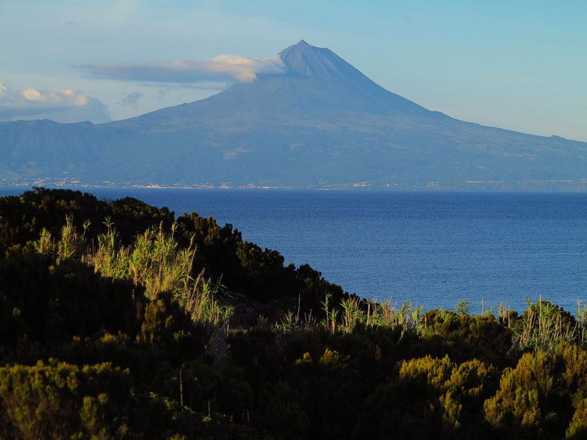 Stratovulkan Ponta do Pico (2351 m) auf der Insel Pico, der höchste Berg der Azoren und Portugals, Blick von der Nachbarinsel São Jorge