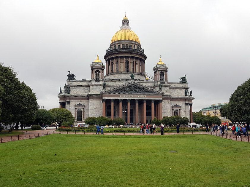 Frontseite der Isaakskathedrale – die größte Kirche Sankt Petersburgs und einer der größten sakralen Kuppelbauten der Welt, 1848 -1858 vollendet