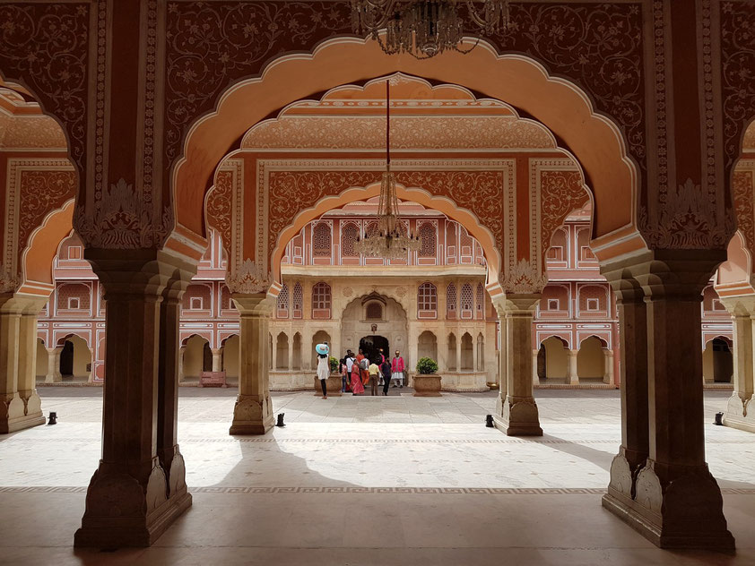 """Stadtpalast von Jaipur, zwischen 1729 und 1732 zunächst von Sawai Jai Singh II, dem Herrscher von Amber, erbaut.  Diwan-I-Khas, """"Halle der Privataudienz"""", Hauptattraktion im Innenhof Mubarak Mahal"""