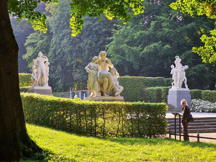 """Chemnitzer Schlossteichpark mit den vier Sandstein-Figurengruppen von Johannes Schilling """"Morgen"""", """"Mittag"""" und """"Abend"""" (""""Nacht"""" steht rechts außerhalb des Bildes.)"""