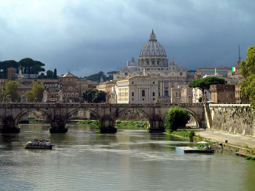 Blick auf den Tiber mit der Engelsbrücke (Ponte Sant'Angelo), im Hintergrund die Kuppel des Petersdoms
