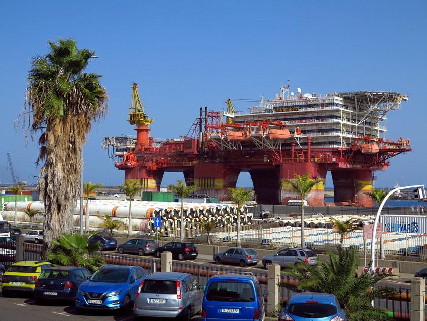 Bohrplattform FLOATET RELIANCE von 2010 (Halbtaucherinsel) zur Wartung und Reparatur im Hafen von Santa Cruz de Tenerife