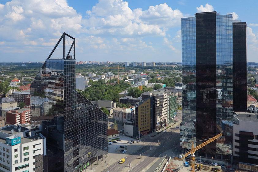 Tallinn mit modernen Bürotürmen, SEB Bank (links) und Swiss-Hotel (rechts)
