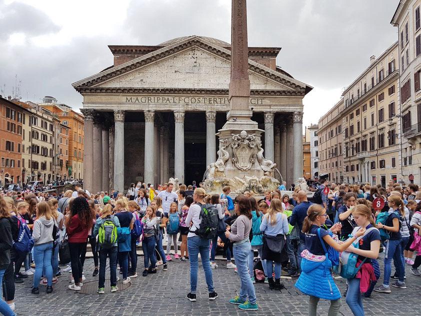 Deutsche Schulklassen vor dem Pantheon