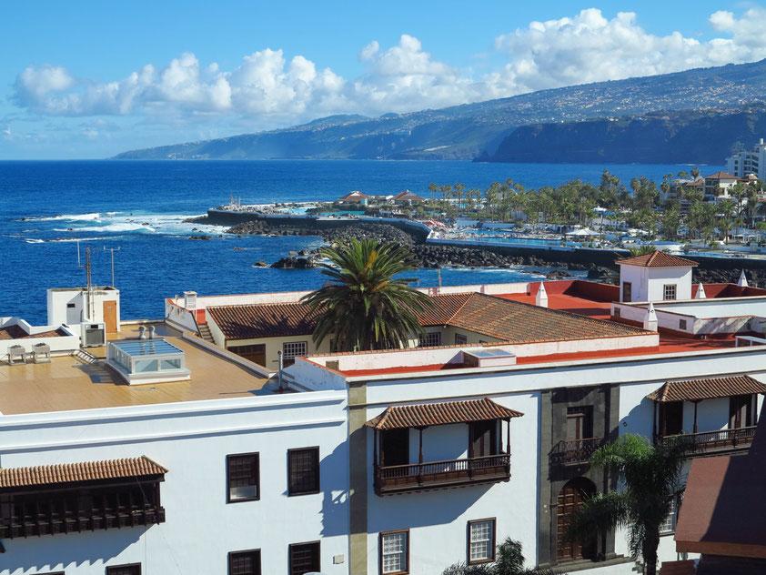 Puerto de la Cruz. Blick vom Dach des Hotels Marquesa auf die Nordküste mit dem Schwimmbad Lago Martiánez (Gestaltung: César Manrique)