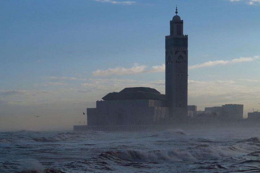 Casablanca. Blick am frühen Morgen vom Boulevard de la Corniche auf die Hassan-II.-Moschee