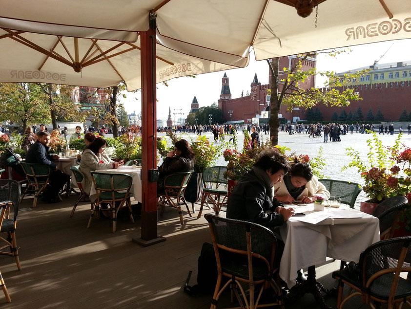 Bosco Café im Warenhaus GUM mit Blick auf den Roten Platz