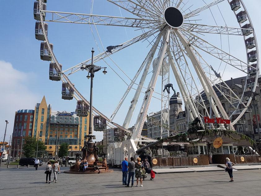 Riesenrad vor dem Bahnhofsgebäude Antwerpen-Centraal
