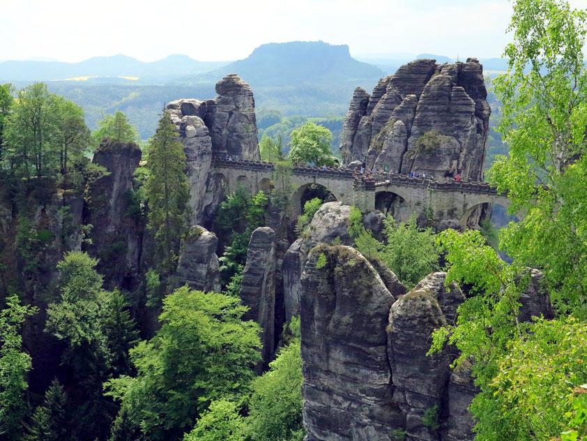 Basteifelsen, erschlossen ab 1851 durch eine waghalsige Sandsteinbrücke, im Hintergrund der Lilienstein