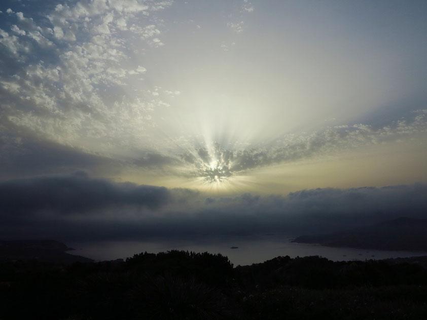 Sonnenaufgang an der Costa Smeralda bei Scirocco am 18.6.2016, 06:36 Uhr