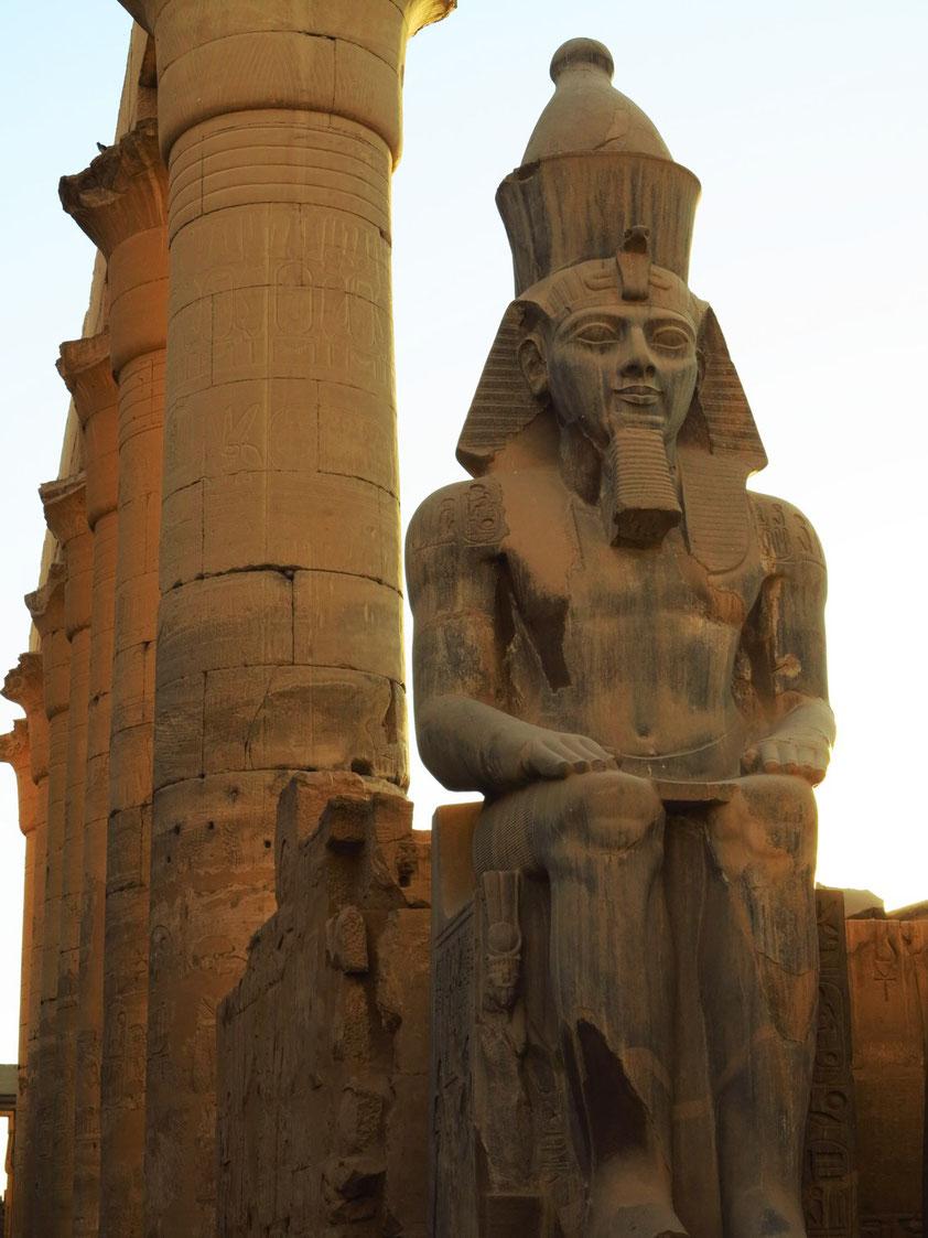 Pharaonenstatue des Ramses II. vor der Säulenkolonnade