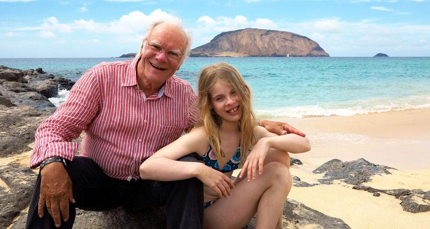 An der Playa de las Conchas auf der Insel La Graciosa. Großvater und Enkeltochter entdecken gemeinsam die Schönheiten der Inseln (und die kulinarischen Köstlichkeiten am abendlichen Buffet des Hotels).