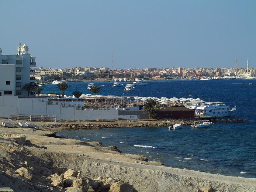 Blick von der Sheraton Road auf Hurghada mit Marina und Moschee