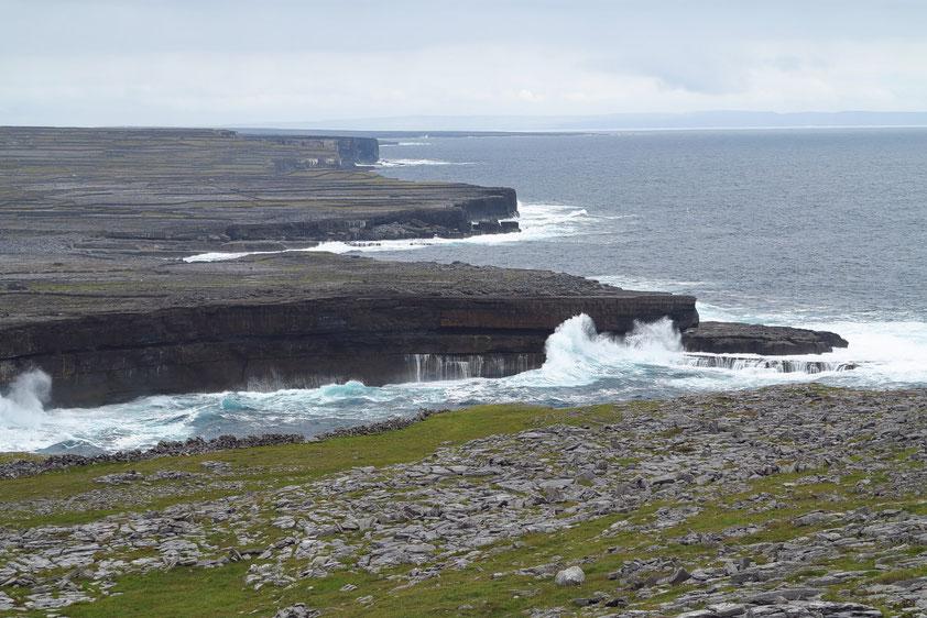 Kalksteinklippen von Inishmore, Fortsetzung der Karstlandschaft Burren