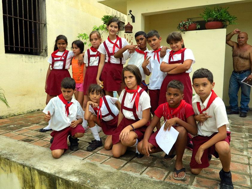 Besuch der 5. Klasse einer Schule in Pinar del Río. Dort verteilen wir Malstifte, mit denen die Schülerinnen und Schüler Bilder malen.