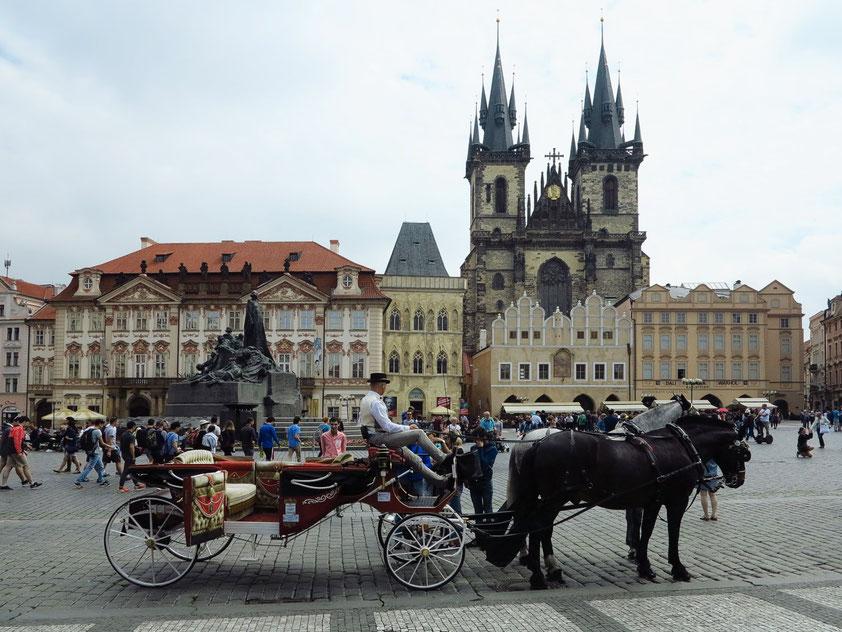 Der Altstädter Ring (Altstädter Markt) ist der zentrale Marktplatz der Prager Altstadt. Blick auf die Teynkirche, Haus zur steinernen Glocke (Mitte) und Palais Kinsky (links)