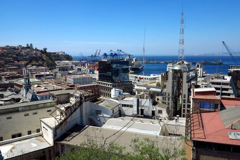 Blick auf Valparaíso mit Hafen